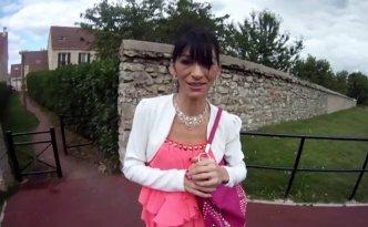 Max est en région parisienne pour rencontrer Linda, une belle milf originaire du Sud-Ouest qui aime sa façon de baiser