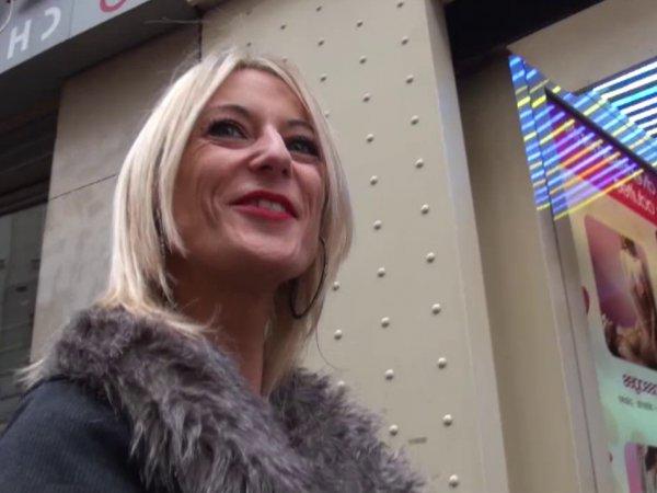 On baise une blonde trentenaire dans un sex-shop parisien!