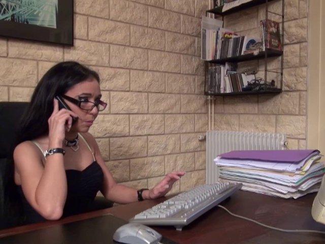 Gwenanie est certainement la secrétaire la plus salope du quartier!