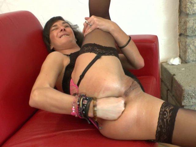 Samia découvre le plaisir du fist-fucking avec son propre poing planté dans l'anus