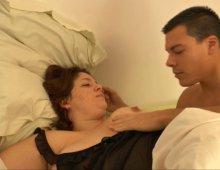 grosse amatrice à forte poitrine culbutée sur le lit