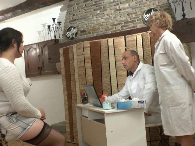 une visite médicale qui tourne au plan sexe
