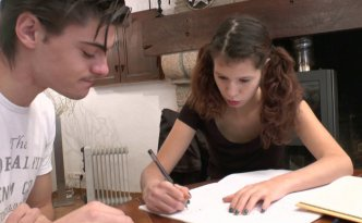 Josh est passé voir Stella, sa petite copine mais cette dernière semble plus intéressée par les maths