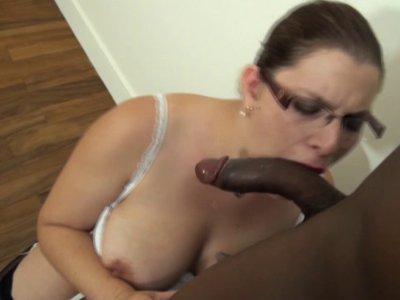 Une salope à lunettes baisée par un beau black