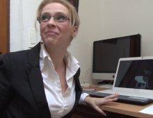 secrétaire intérimaire se masturbe au boulot