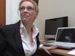 Une secrétaire à lunettes découvre la bite de son patron