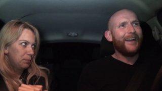 Une blonde nymphomane baisée chez elle et dans la voiture