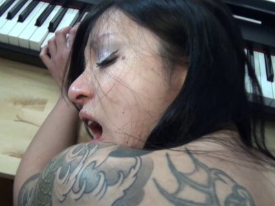 Asiatique super sexy se fait baisée à fond
