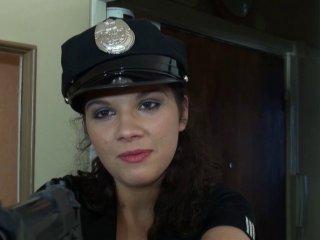 Stella, une policière qui se fait tringler par les voleurs