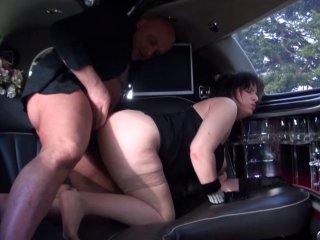 Phoebe la baronne se fait sauvagement baiser dans sa limousine! 1