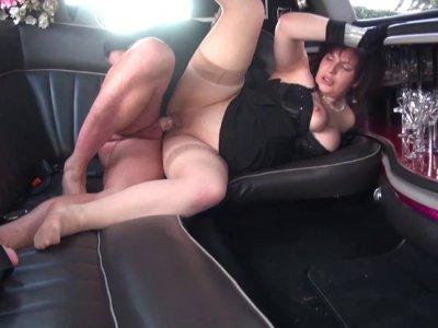 Phoebe se fait sauvagement démonter dans la limousine