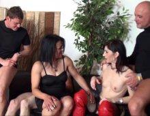 orgie libertine chez une couguar française bisexuelle