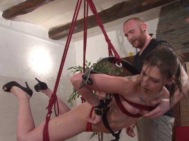 Cette amatrice découvre le bondage et la soumission