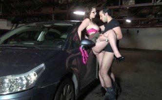 La garagiste aux gros seins se fait baiser dans le parking par les clients
