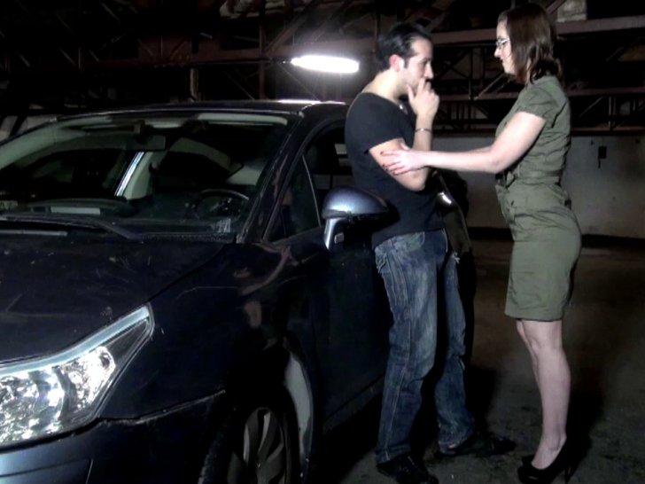 Salope à gros seins se fait défoncer dans un parking souterrain