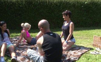 Nos trois belles amatrices se sont rendues en pleine nature pour un pique-nique champêtre et surtout très hot