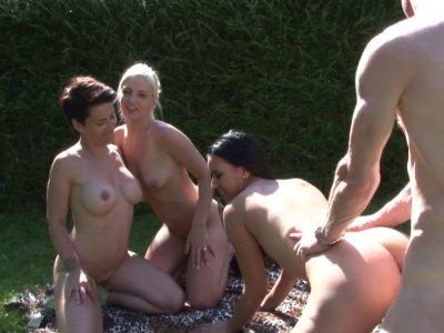 Une baise dans la nature avec Pryscilla, Amélie et Mariame
