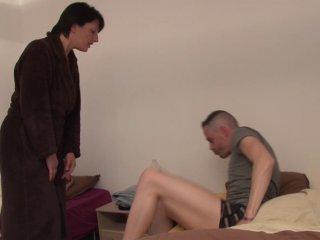Une mère au foyer se tape les copains de son fils