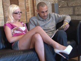 Deux voyeurs profitent de la copine de leur pote