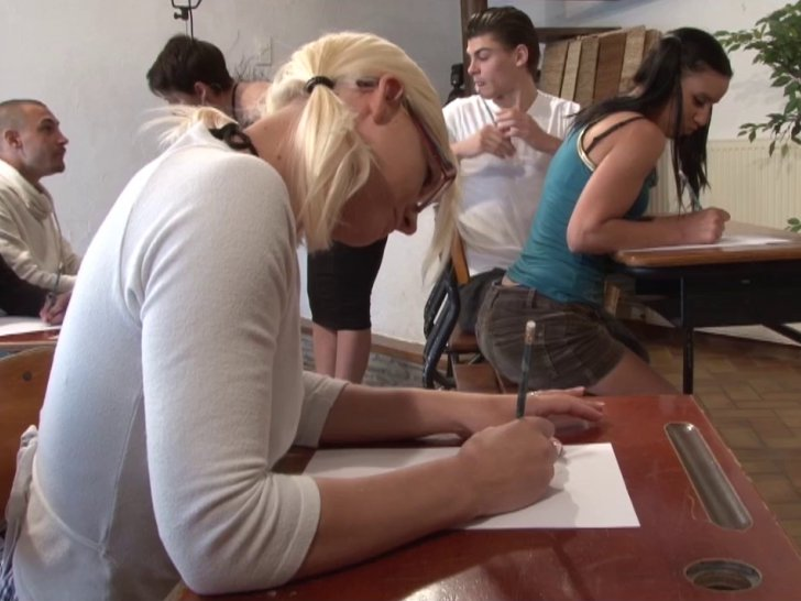 Amélie donne des cours à d'autres salopes