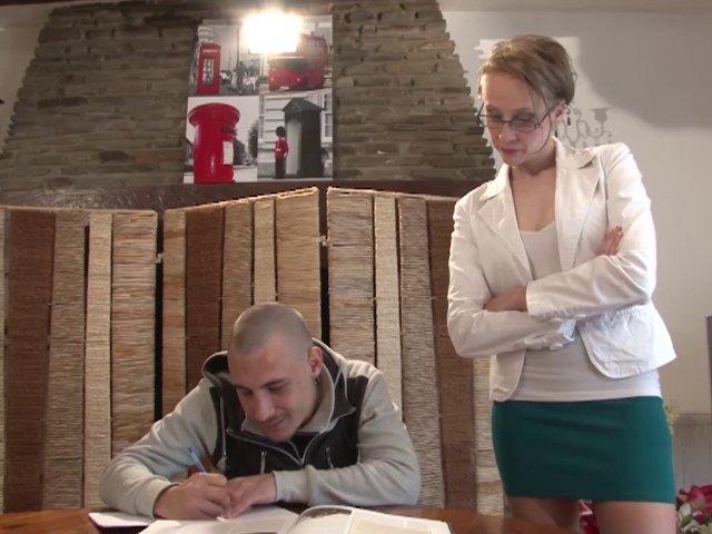 Angie, prof nympho, offre sa chatte à son nouvel élève! - סרטי סקס