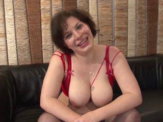 Amatrice sexy prend un pied de folie lors de son casting porno