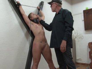 [extra!] Jouer la pute et se faire violemment baisé à la chaîne