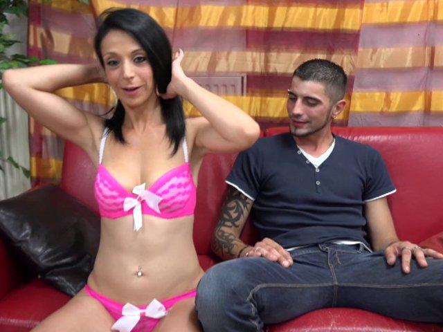 Une jeune brune vient passer un casting porno français