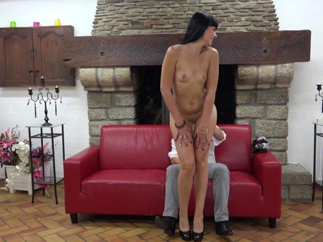 Une femme brune se met nue pour son casting X