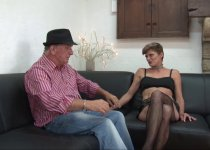 Voir la vidéo: Clara est revenue pour un casting porno plus hard