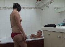 Voir la vidéo: Une bonne baise et un casting porno dans une baignoire