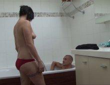 orgasme féminin amateur dans la baignoire