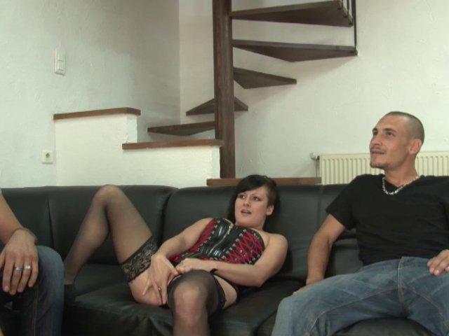 fist vaginal Lili découvre l'insertion d'objets en tous genre et la double pénétration! film x