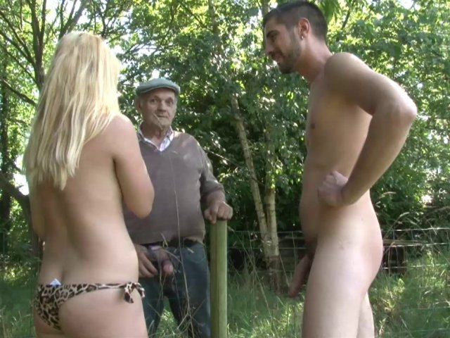 un couple exhibitioniste invite un vieux pour un trio en plein air