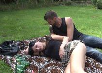 Voir la vidéo: Natacha ne refuse jamais une partie de baise en extérieur
