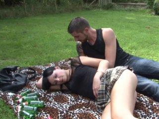 Natacha s'offre une bonne partie de baise en extérieur!