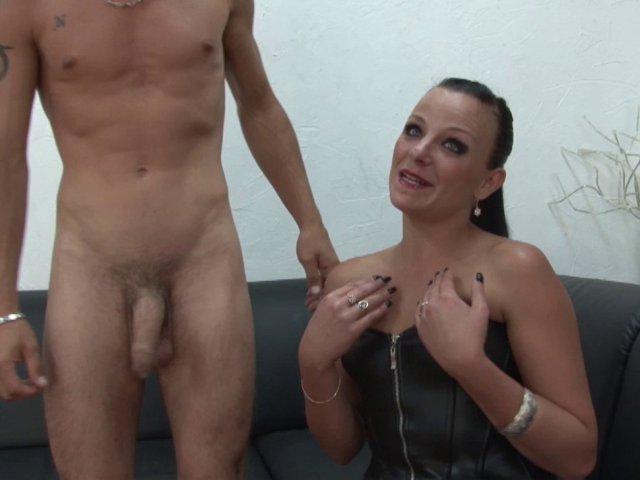 Natacha se frotte à deux bites pour plus de sensations! - סרטי סקס