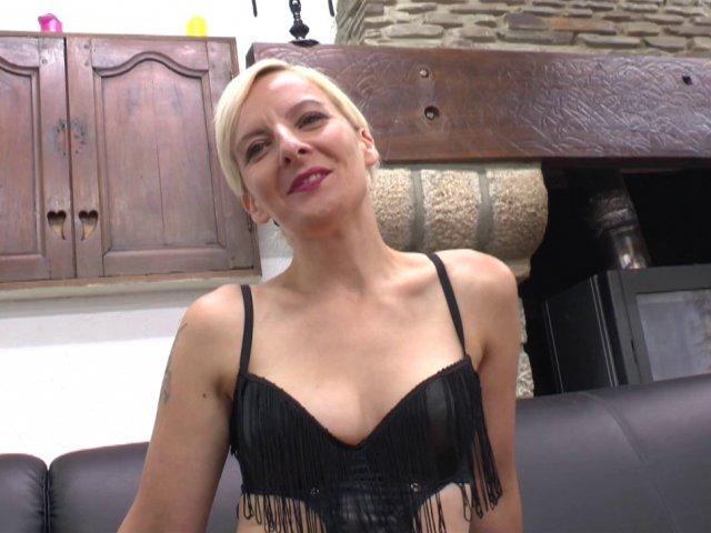 Une femme blonde aime boire son verre de sperme