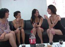 Voir la vidéo: Quatre belles salopes se tapent le livreur de sex-toys