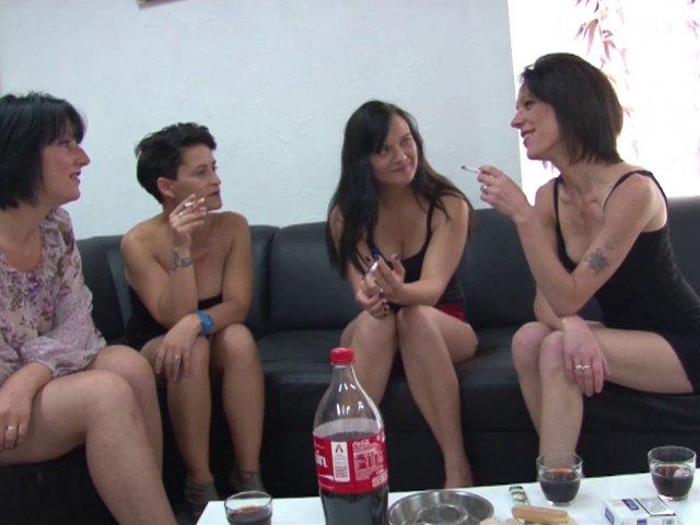 Quatre belles salopes se tapent le livreur de sex-toys!