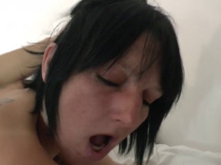 Lucie est une cougar à gros seins qui aime la double