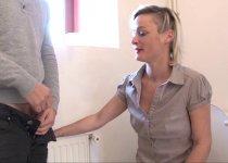 Voir la vidéo: Belle blonde se fait baiser dans les toilettes