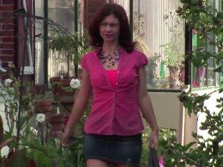 Julia se fait enculer par son voisin pervers