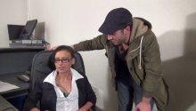 Amel aime se faire baiser au bureau et nous le montre!