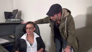 Max se baise une secrétaire à lunettes bien lubrique