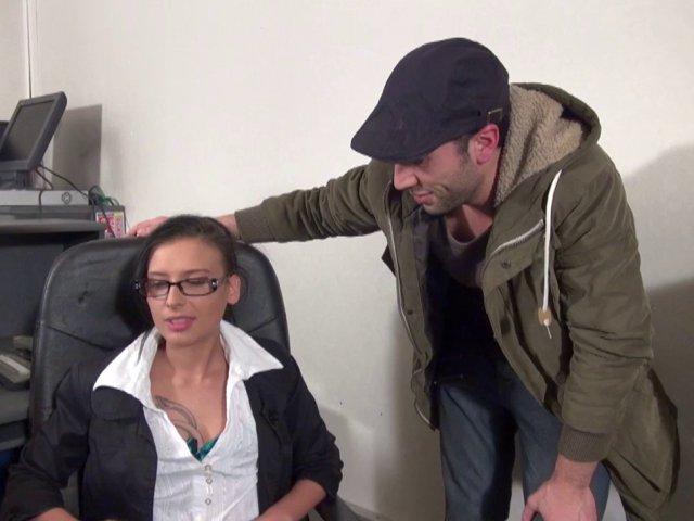 Une secrétaire salope se fait baiser sur le bureau