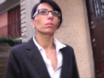 Bettina attend son client pour visiter une maison. Ce dernier est en retard et l