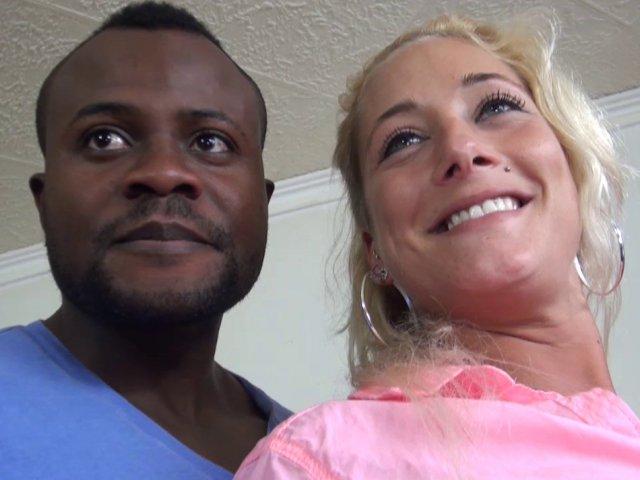 Une sublime femme blonde baise avec un black
