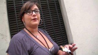 Une grosse à lunettes abordée dans la rue par un inconnu et baisée comme une salope