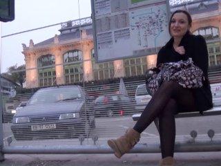 Mylène attend son bus et finit en double pénétration